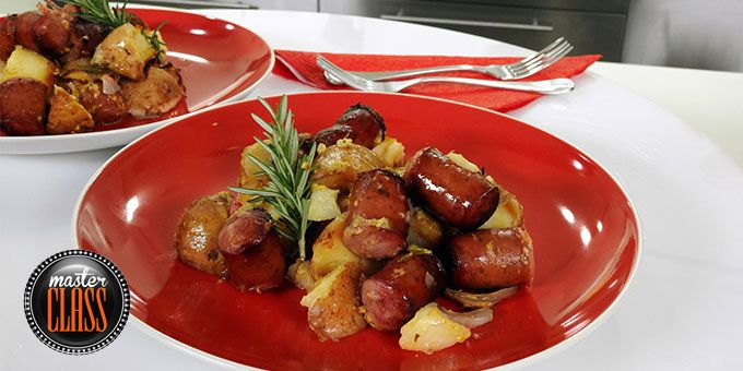 Λουκάνικα και πατάτες φούρνου με σάλτσα μουστάρδας
