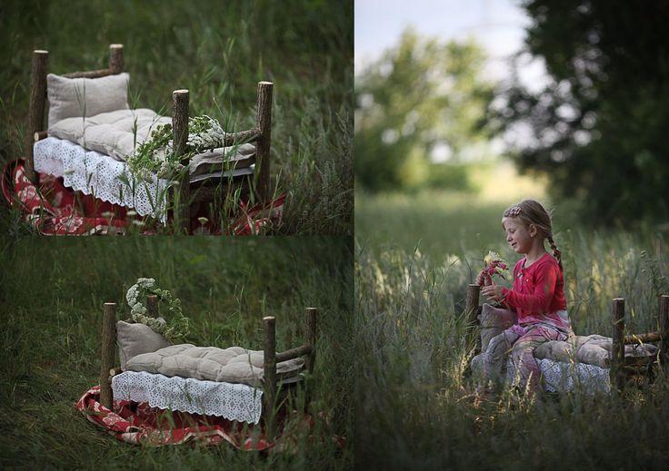 Декорации для фотосессии - кроватка из бревен - очень трогательно смотрится на природе с детками  #дети #детишки #ребенок #очаровашки #улыбка #семья #фотодети #жизнь #ребятишки