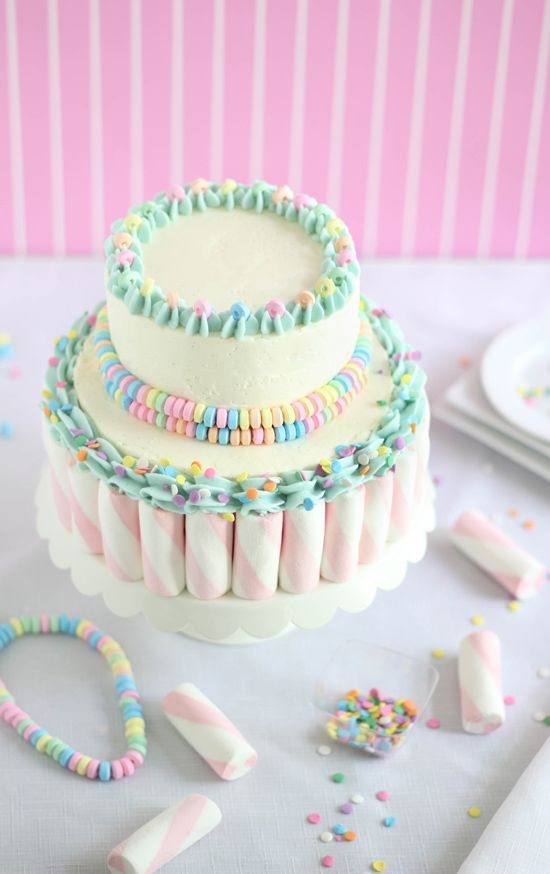 Marshmallow-Candy Swirl Cake. This is so cute - I'd love to have this cake at a kid's party. It looks wonderful but seems easy to make with the tutorial. #cakerecipe
