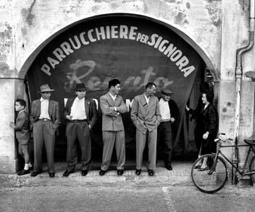 Italian urban scene, 1956 (Gente del Sud)  //  by Nino Migliori
