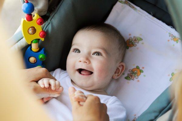 Come intrattenerlo in modo intelligente? Ecco 10 giochi, semplici e divertenti, adatti a favorire e stimolare lo sviluppo del bebè da 0 a 12 mesi.