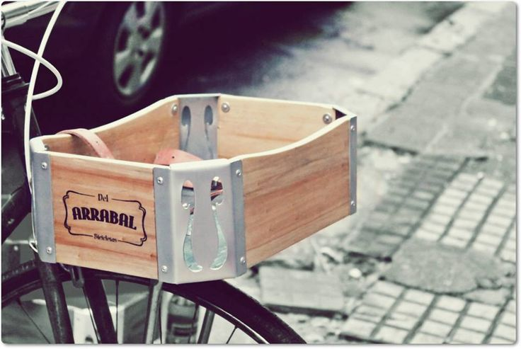 un porteño arrabalero...  Cajones de madera para bicicletas Personalizados  Medidas: 36 x 25 x 12 cm  Realizado con madera barnizada y punteras de metal caladas y pintadas.  Tiras de cuero ajustables para sujetar las pertenencias.  Instalación sobre la rueda delantera de fácil colocación.