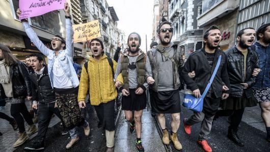Turkse mannen in minirok tegen seksueel geweld | metronieuws.nl Out of solidarity with Ozgecan Aslan