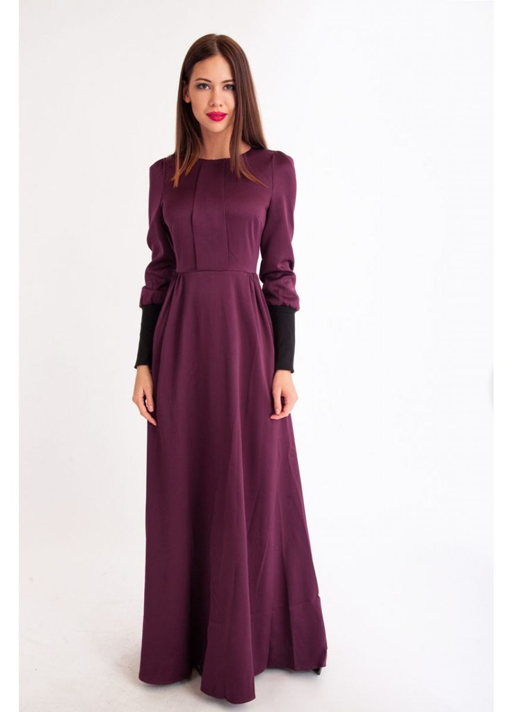 Длинное платье из атласа с шёлком винного цвета.