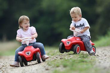 BIG odrážadlo pre deti v prevedení autíčka je vyhotovené v jasnej červenej farbe s bielymi prvkami. Autíčko New Bobby je vhodné pre chlapcov aj dievčatá od 12 mesiacov do troch rokov a jeho nosnosť je až 50 kg.