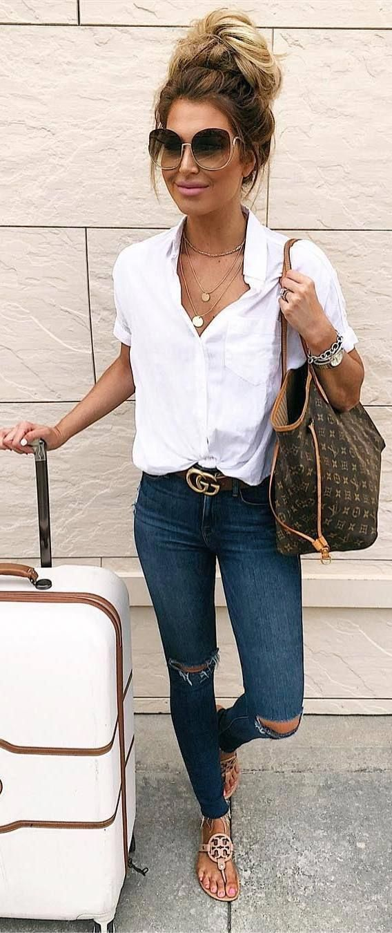 Lässige Sommer-Outfits / weiße Bluse und Jeans-Outfit / Reise-Outfit / Flughafen