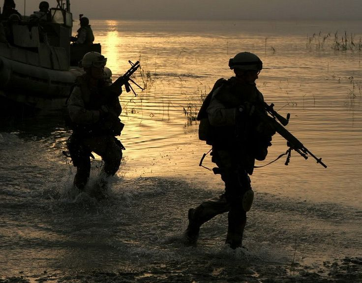 22 set 2007 - Sailors, Riverine Squadron One, 13th Marine Expeditionary Unit, enter the reeds on the edge of Lake Thar Thar in the Al Anbar Province of Iraq