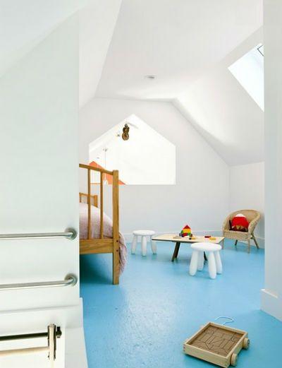 Niebieska podłoga w sypialni