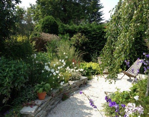 Aanleg natuurlijke tuin met stapelmuurtje van hergebruikte tegels in Krimpen a/d IJssel.