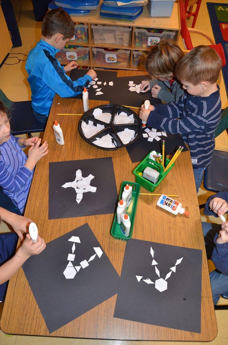 Schneeflocken aus geometrischen Formen!  Weiße geometrische Formen (Fröbels Spielgabe 7) werden in auf schwarzen Karton geklebt! Tolle DIY-Idee für Kinder!