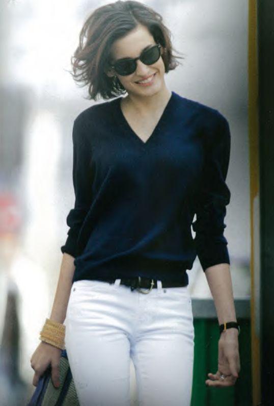 Темно-синий джемпер в базовом женском гардеробе