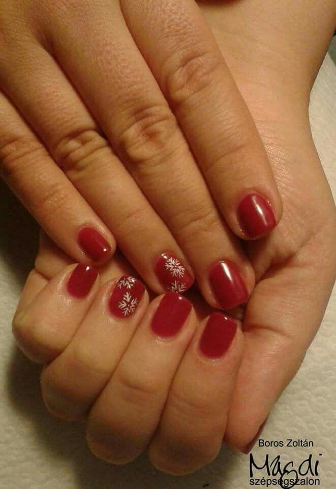 Zoli hópelyhes vörös körmöt készített. Hogy tetszik?   www.magdiszepsegszalon.hu/kezeslabapolas  #rednails #nails #vörösköröm #géllakk