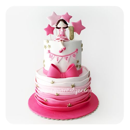 Mira'nın 1. yaş partisi için pembe ve altın renklerinin hakim olduğu bu yıldızlı pastayı hazırladık. Hem renkleri hem de tasarımıyla çok keyifli çalıştığımız bir pasta oldu:) İyi ki doğdun Mira!♥