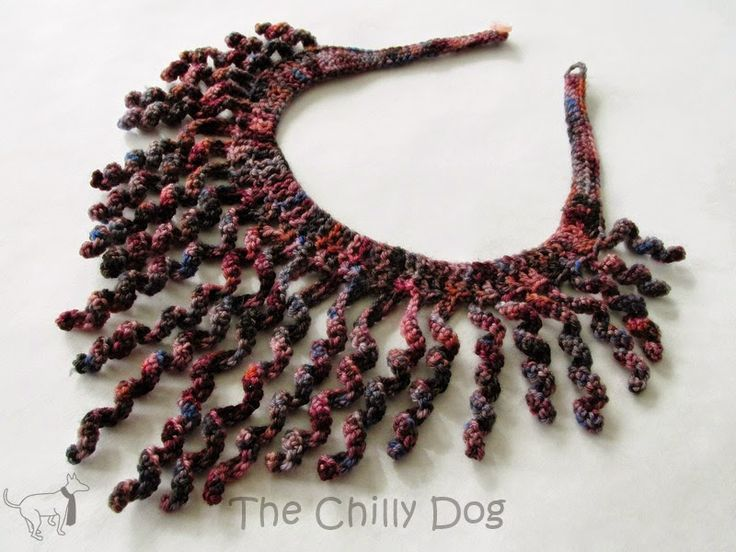 Calcetín Patrón Hilados de ganchillo: Crear un collar peculiar, swirly que es un accesorio en cualquier momento único para las camisas de cuello en V y suéteres.