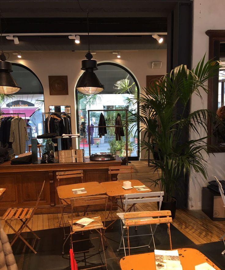 Hoy queremos darnos el lujo (o lujazo...) de enseñaros uno de los cafés más exclusivos de Italia, San Pietro Cafè. Un café situado en el cuadrilátero de la moda de Milán: Corso Buenos Aires, Un café con un concepto diferente y moderno que une diferentes ámbitos en un solo y único espacio. Un espacio que combina glamour, elegancia, buen gusto, moda... donde podemos encontrar DEPOT. ¡NOS ENCANTA! #moda #italia #Depot #ebbeautygroup #efectobelleza
