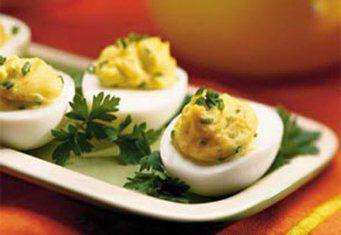 Диетические фаршированные яйца: 1>порция - 50 ккал Яйцо-1шт, чеснок- зубчик, авокадо -50г, обезжиренный йогурт -30г; в духовку на 10мин 2>Понадобятся: яйца, низкокалорийный мягкий творог или обезжиренный натуральный йогурт плотной консистенциивареных (или замороженного кефира и потом размороженного ) , укроп, руккола, соль, перец, чеснок. На 2 яйца необходимо, примерно, 1-2 зубчика чеснока, 2-3 чайной ложки творога, несколько веточек укропа и рукколы, соль, перец по вкусу. Яйца помыть и…