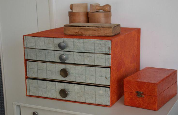 http://lafabutineuse.com/2012/03/petit-meuble-a-tiroirs-en-carton.html