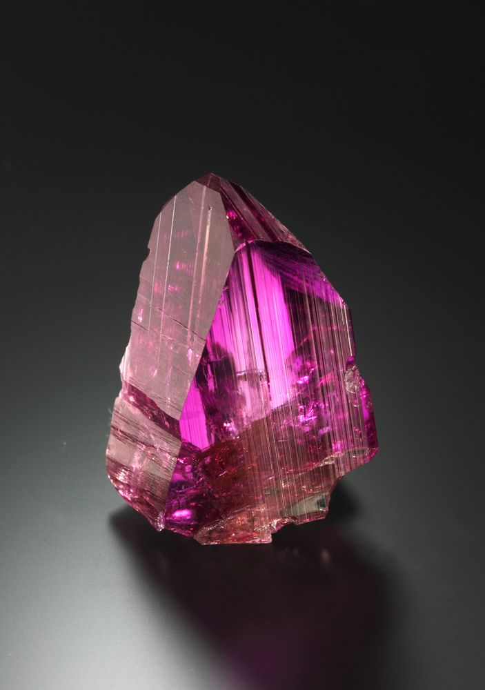 Tansanit mal als pinkfarbener Kristall (4 cm, 186 cts.) / Impressive pink Tanzanite Crystal (4 cm, 186 cts.) (F: Malte Sickinger)