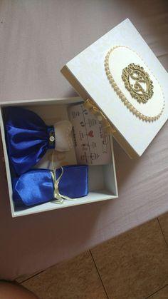 Convite para padrinhos... Feito em caixa MDF forrada com tecido de algodão +brasão com iniciais em MDF pintado em dourado . Em seu interior a gravata azul marinho na cor do vestido das madrinhas e um mini vestido indicando a cor do vestido das madrinhas + 1 imã de.geladeira Save the date #wedding #convitepadrinhos #diy #love #arte