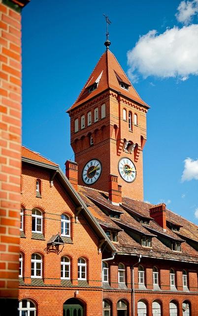 Wieża zegarowa w nieco innym ujęciu.