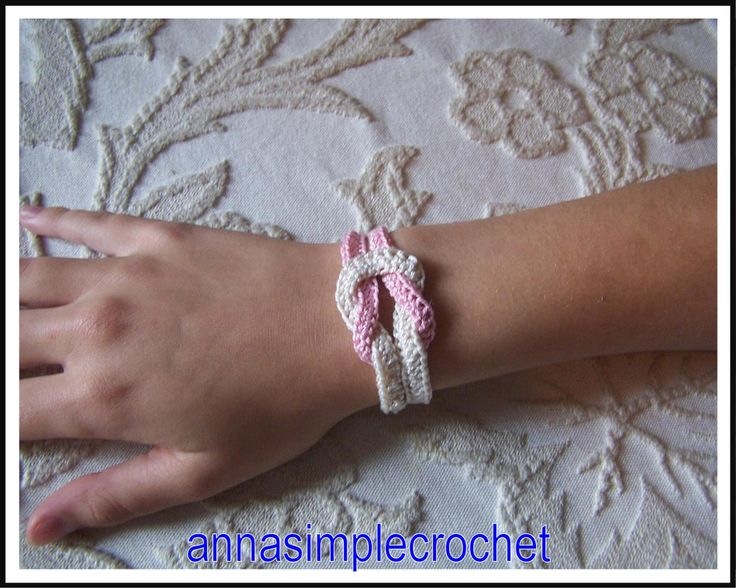 Bracelet tout simple en coton beige et rose.         Tuto: monter, en bleu, 12ml  ( ch. ou correntinha ) fermer ( join into ring ou fechar ...