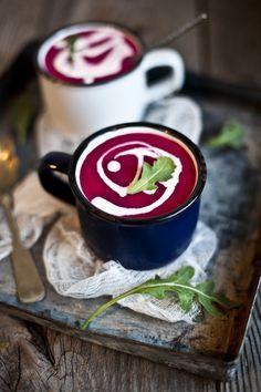 L'Automne: Soupe betterave, pomme, lait de coco & gingembre/- 5/6 betteraves pelées et coupées en quartier ( selon la taille) - 2 pommes pelées, épépinées et coupées en quartier - 2 cuillères à soupe d'huile de coco (ou de beurre) - 1L de bouillon de légumes - une tasse (250ml de lait de coco) - un morceau de gingembre haché (il se marie vraiment très bien avec la betterave, et apporte du piquant à la soupe, ajoutez en selon vos goûts) - une gousse d'ail - une cuillère à thé de curcuma - sel…