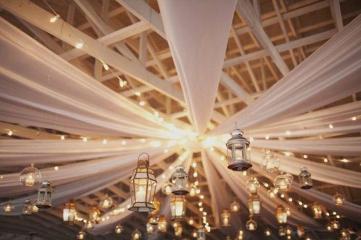 Une fois le lieu pour la réception trouvé, il faut penser à la déco. Créer une décoration en hauteur en habillant le plafond de sa salle permet de décorer la…