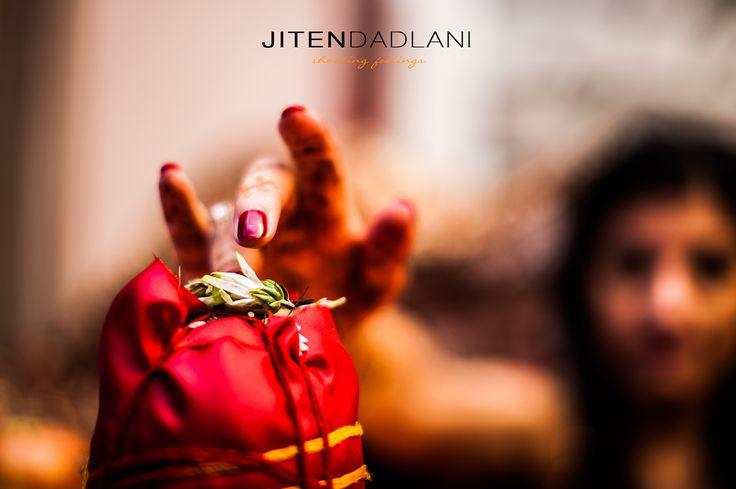 los pequeños detalles y momentos decisivos de una boda... #henrycartierbreson #Panamácity #grancanariaweddingphotographerjitendadlani #grancanariaweddingphotographer #jitendebodaenboda #shootingfeelings #indianwedding Hotel Lopesan Baobab Resort con Jiten Dadlani Jiten Dadlani Sumitra Hemrajani Daswani Tfn: 646746559