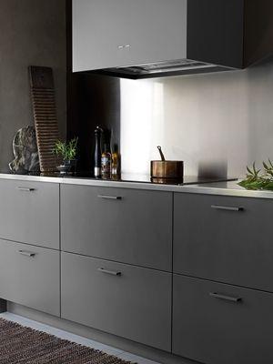 Grått kök med köksö från Ballingslöv. Se mer av vårt moderna kök Bistro peppargrå här. Hitta din köksinspiration hos Ballingslöv!