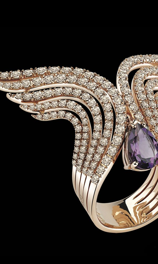 Proud elegance of the Swan has inspired the design of this collection. Refined, linear architecture that recalls the Art Nouveau period highlights the dark, intense colours of the stones.