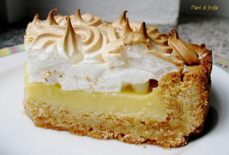 La crostata meringata al limone è un dolce di pasta frolla, crema al limone e meringa soffice