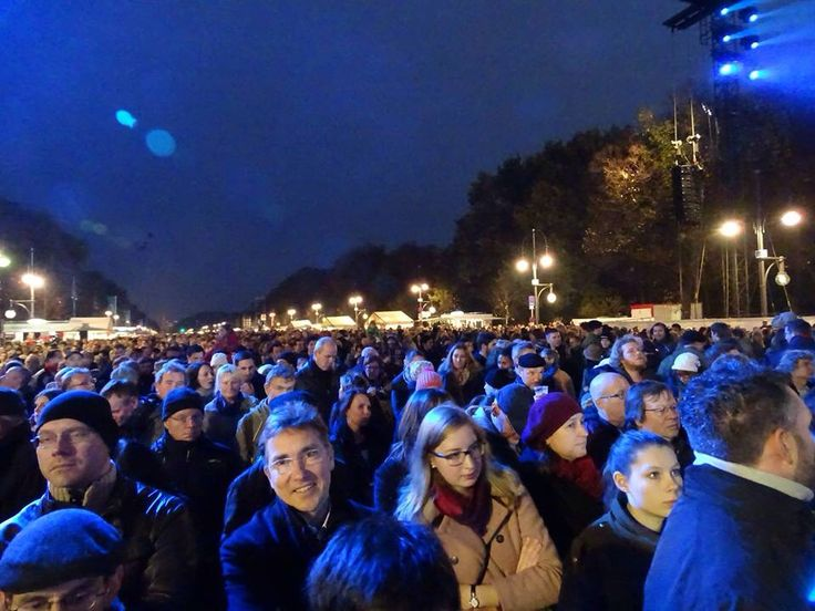 Thousands of people at the Brandenburg Gate