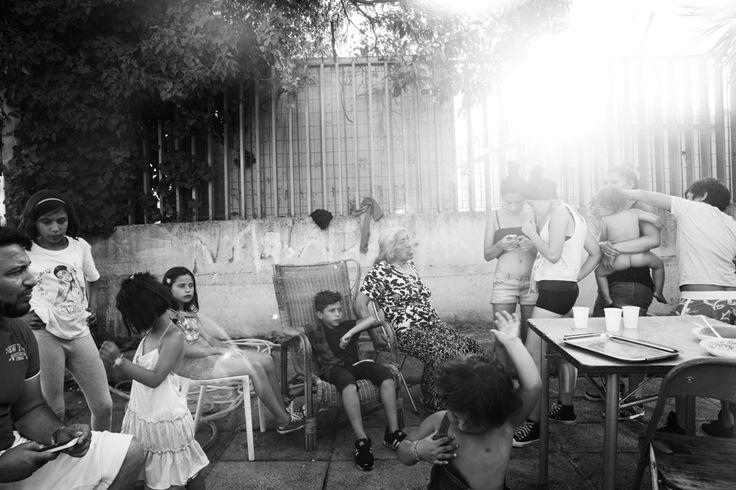 """""""Entro in un cortile a pochi passi da ponte Marconi, a Roma. Ci vivono Sevla, Vejsil, Jordan, Carlos, Leon, Romeo, Romina, Angelina, Shelly, Erma"""". Paolo Pellegrin racconta così il suo incontro con una famiglia rom di origine bosniaca da cui è stato accolto con """"naturalezza e generosità"""". Leggi"""