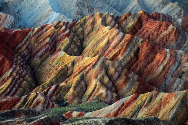 Un arc-en-ciel rocheux en Chine - Les formations rocheuses de Zhangye Danxia dans la province chinoise de Gansu sont réputées pour leurs couleurs. Pendant 24 millions d'années, des couches sédimentaires de grès et d'autres minéraux se sont déposées entre les plaques tectoniques responsables de la formation de l'Himalaya. L'érosion a ensuite créé ce paysage accidenté et chamarré.