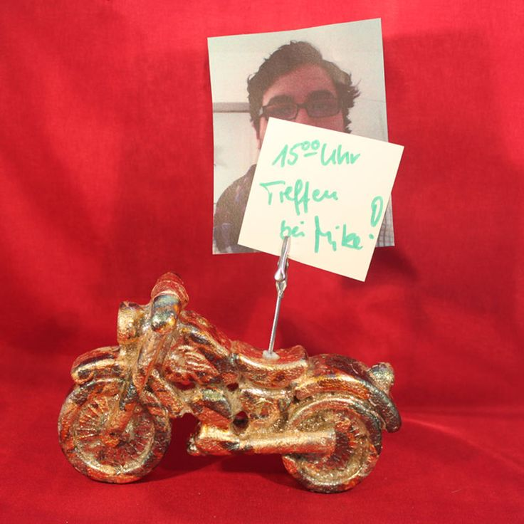 """Motorrad - Zettelhalter (Idee mit Anleitung – Klick auf """"Besuchen""""!) - Dieser stylische Zettelhalter ist ein ganz besonderer Hingucker! Vor allem wenn Papa Motorräder liebt, freut er sich bestimmt riesig über dieses selbstgestaltete Geschenk zum Vatertag!"""