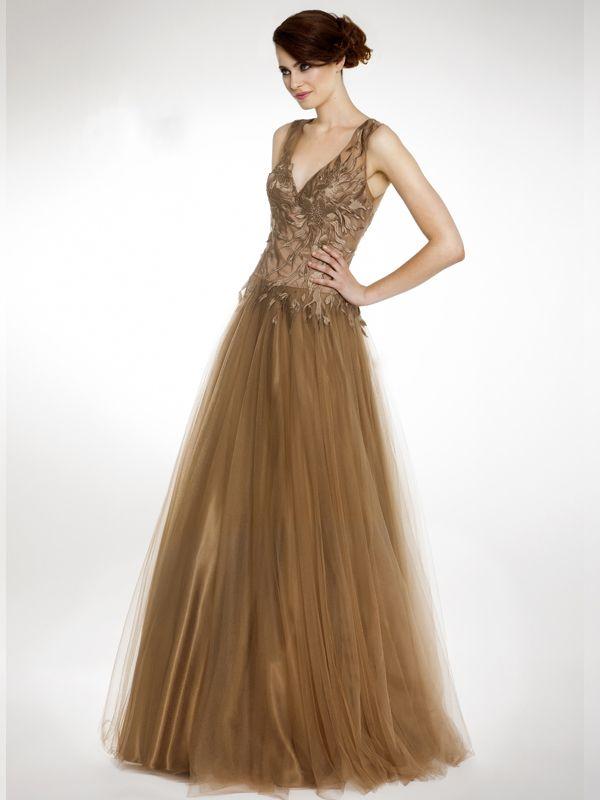 Precioso vestido con cuerpo ajustado y detalles en relieve y escote en V. Falda en tul.