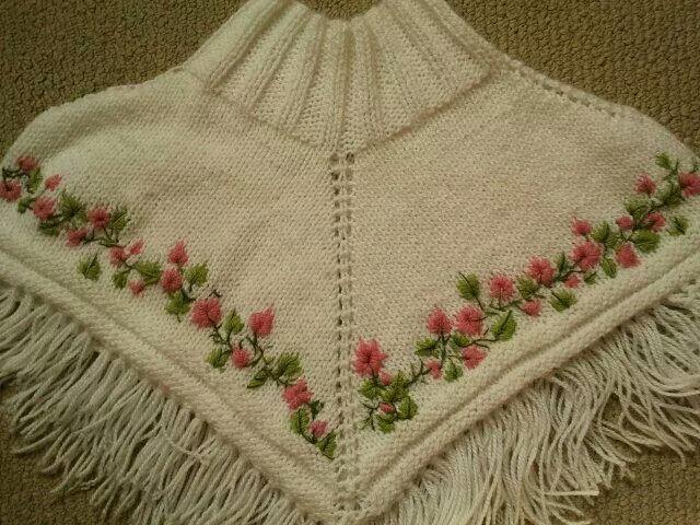 Poncho a palillos bordado con aguja y lana