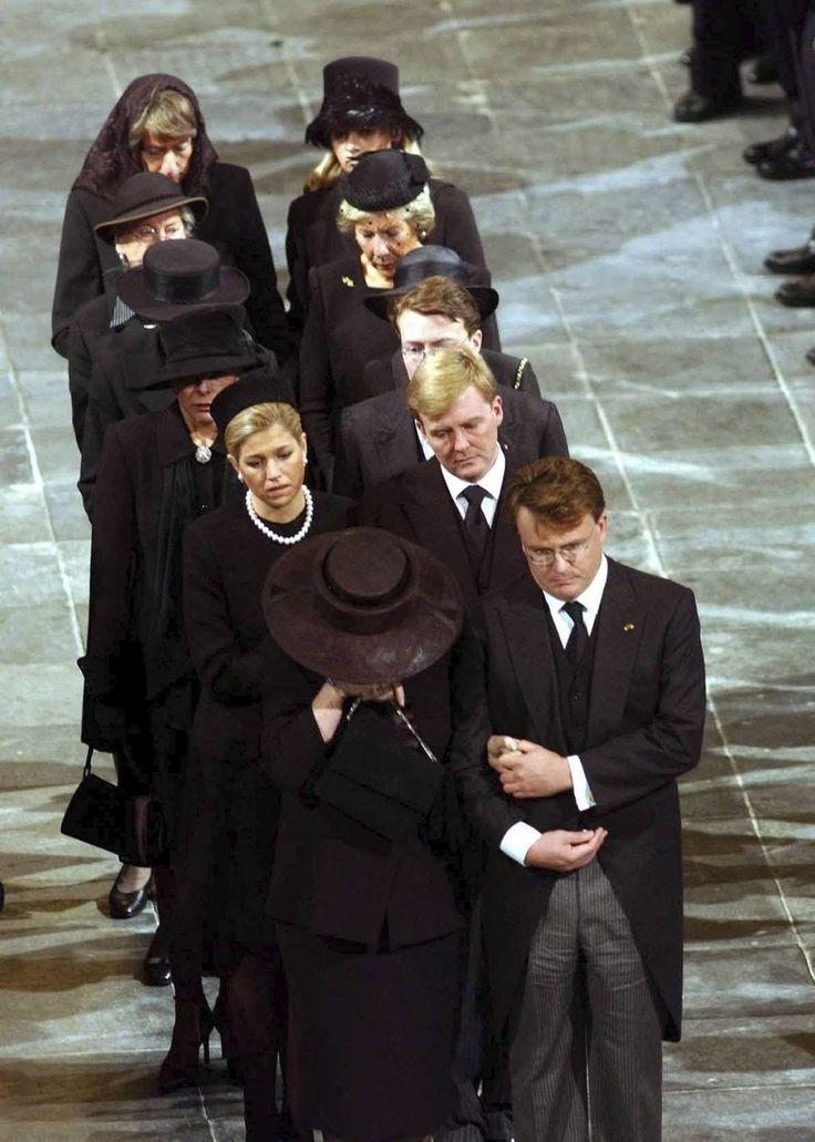 """Koningin Elizabeth noemde 1992 een verschrikkelijk jaar, """"annus horribilis."""" Echtscheidingen en een grote kasteelbrand stemden de Britse vorstin somber. Als koningin Beatrix dezelfde omschrijving zou gebruiken voor 2002, 2003 en 2004 zou iedereen dat begrijpen."""