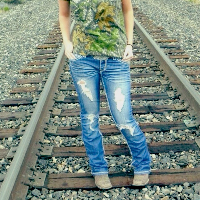 Ripped jeans, cowgirl boots and a camo shirt :) my kinda style ...