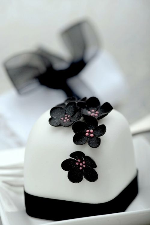 Black and white (and a tiiiiny bit of pink) mini wedding cakes.