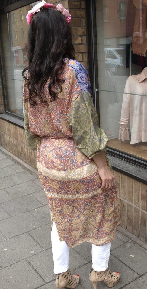 Idag vill jag presentera våra otroligt vackra kimonor (Sissel Edelbo) i kort och lång modell. De är, som jag nämnde i ett tidigare inlägg, sydda av återvunna indiska saris, vilket gör varje plagg h…