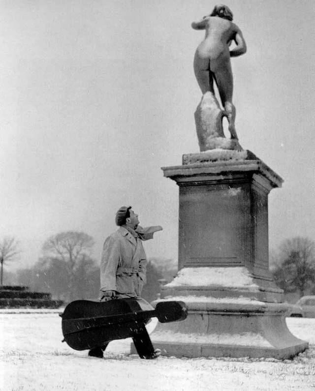 """"""" Qu'on me donne l'envie, l'envie d'avoir envie..."""" ( Johnny Hallyday ) / Maurice Baquet au Jardin des Tuileries. / By Robert Dpisneau, 1957."""