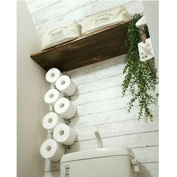 100円ショップのリメイクシートとは思えない仕上がりの壁。トイレットペーパーホルダーも壁掛けにしてとってもユニークですね。