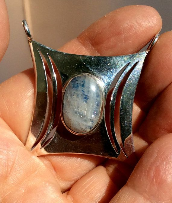 bochtige plein is 45x45mm dikke vierkante 37x25mm Spiraal zilver met granaat 64x32mm Inc bails  Open rug voor degenen die de steen naast de huid willen. Ik hand pick stenen van over de hele wereld in Jaipur, India zijn, die zijn ingesteld in mijn ontwerp door een student. Zou mooi op een ketting, maar wordt geleverd met een Japara 17 ketting of partement. ondertekend door Domo Geshe Rinpoche  gratis eerste klas frankeertegoed We zijn blij dit rechtstreeks naar een ontvanger van cadeau…