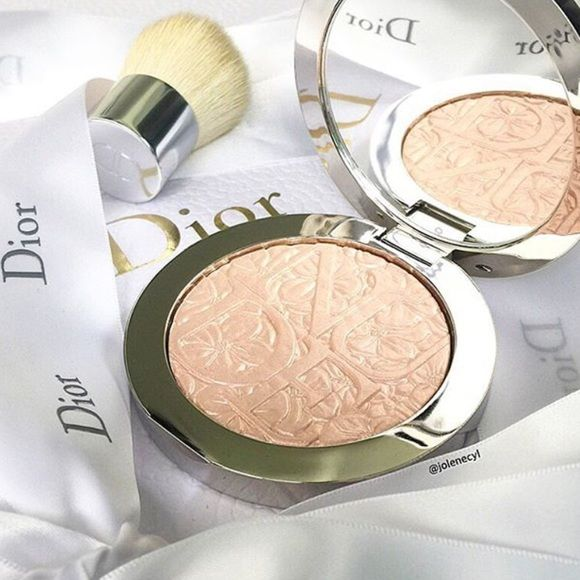 NEW Dior Glowing Nude Highlight Brand new never been used limited edition from the Glowing Gardens collection. Dior Glowing Nude 002 highlight powder Dior Makeup Luminizer