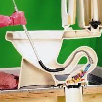 Если вода не уходит из унитаза, то попробуйте испробовать самый простой метод прочистки - промывка водой. Если проблему не удалось решить, таким образом, то попробуйте с интервалом 5-10 минут залить несколько ведер горячей воды. При отсутствии положительного исхода необходимо перейти к иным мерам.Что делать если засорился унитаз? Возьмите вантуз и...