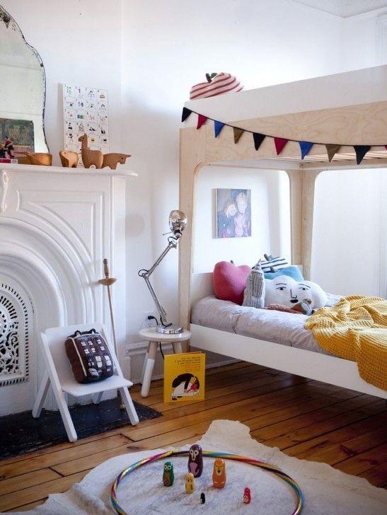Минималистская скандинавская мебель из Икеа отлично сочетается с викторианским камином.  (спальня,дизайн спальни,интерьер спальни,скандинавский,скандинавский интерьер,скандинавский стиль,интерьер,дизайн интерьера,мебель) .