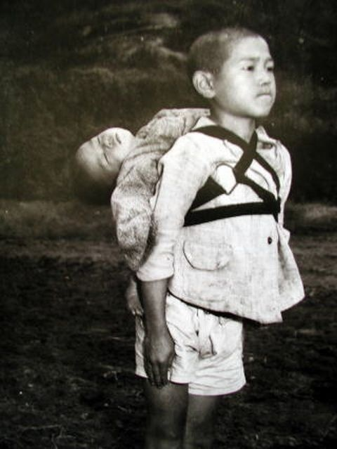 Joe O´Donnell cubrió la ocupación de Japón por EE.UU. Pese a estar prohibido tomar fotografías, O'Donnell caminó 10 millas y llegó a uno de los pueblos afectados por la bomba de Nagasaki. En esta foto se aprecia a un niño cargando con su hermano muerto