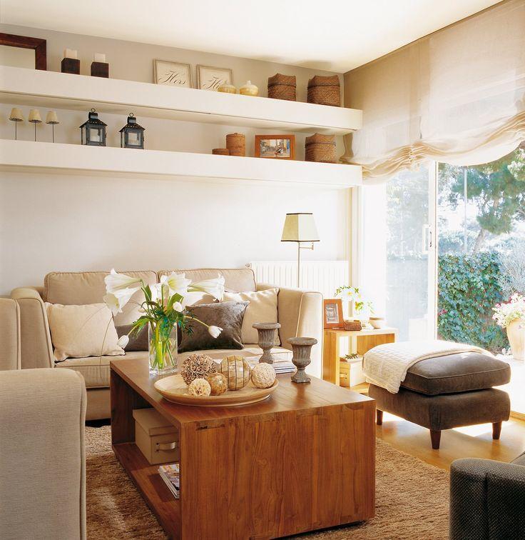 Salón con baldas de obra de pared a pared. Con muebles versátiles
