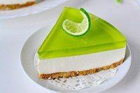 Желейный торт без выпечки с лаймовым вкусом.  Вам потребуется:  печенье (подобное «Юбилейному») — 200 гр.; сметана — 500 г; масло сливочное — 100 г; творог (или сливочный сыр) — 150 г; сахар — 120 г; желатин — 1 пакетик (10 г); ванильный сахар — 1 пакетик (10 г); лайм (или лимон) — 1 шт.; желе «Киви» зеленого цвета — 1 пакет; мята — 1 веточка (можно не добавлять).